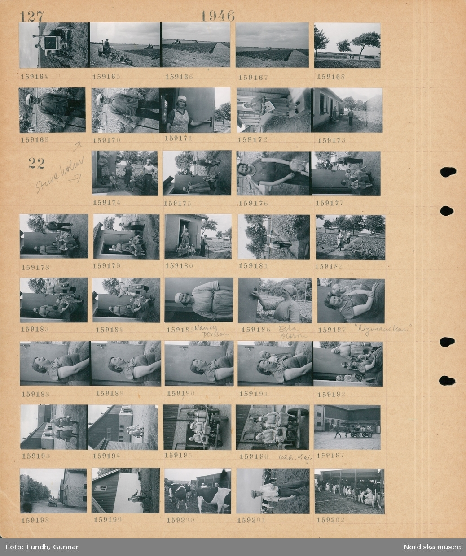 """Motiv: (ingen anteckning) ; En man plöjer en åker med en traktordragen plog, två traktorer plöjer på en åker, porträtt av en man, en kvinna står i en dörröppning, en kvinna håller en tidning.  Motiv: Stureholm; Författaren Ivar Lo Johansson samtalar med två kvinnor med barn vid trappan vid ett hus, en kvinna och en man går på en stig på en åker, porträtt av en kvinna Nancy Persson, porträtt av en kvinna Erla Olsson, porträtt av en kvinna """"Nynäskan"""" med ett barn, två kvinnor med mjölkkannor går på en gårdsplan, två kvinnor sitter på en hästdragen vagn lastad med mjölkkannor, en man med cykel står vid en ladugård, två kvinnor och en man mjölkar kor i ett flyttbart skjul på en åker."""