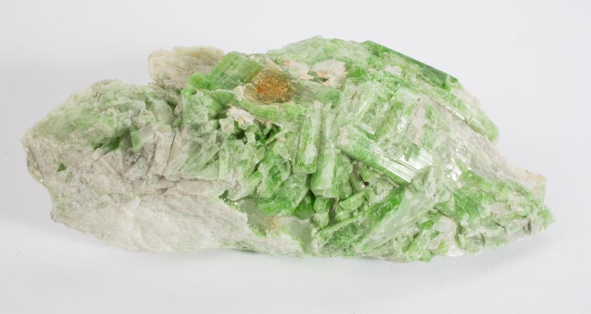 Kromdiopsid, krystaller på matriks, smaragdgrønn. Finfibrig hvit tremolitt (?), svak fiolett karbonat.