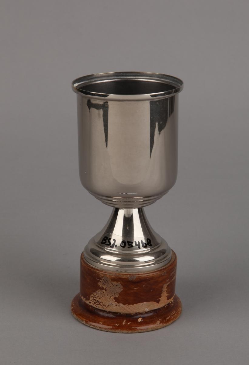 Pokal gitt til MS CLIO 1956, på tresokkel.