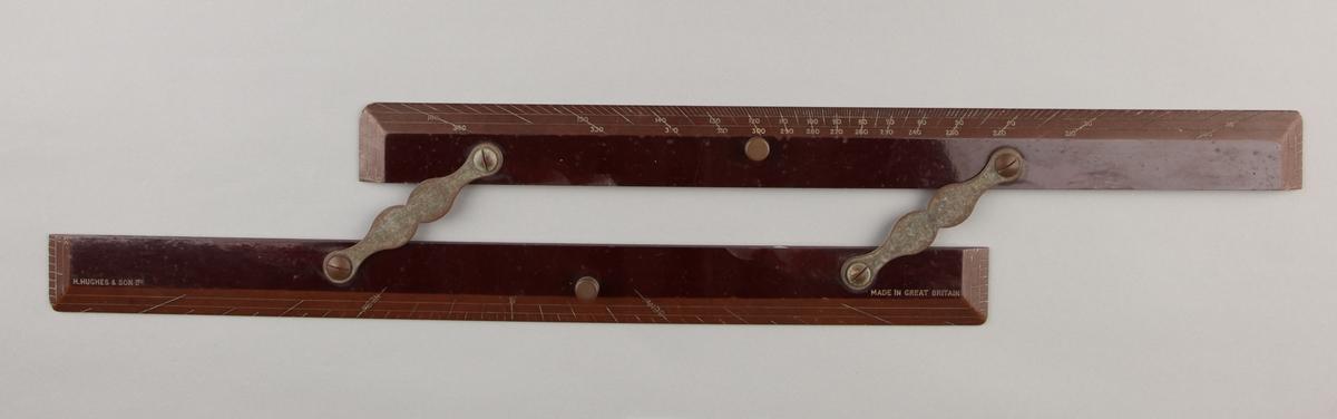 To linjaler hengslet sammen med to messingbeslag.