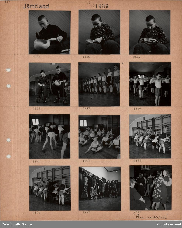 Motiv: Jämtland, sameskola vid Hålland, pojke filar på skuren kåsa, två pojkar arbetar med kåsor, barn i gymnastikkläder, olika gymnastikövningar, ribbstolar, barn vid klädhängare tar på sig ytterkläder, dansande par, Åre nattklubb.