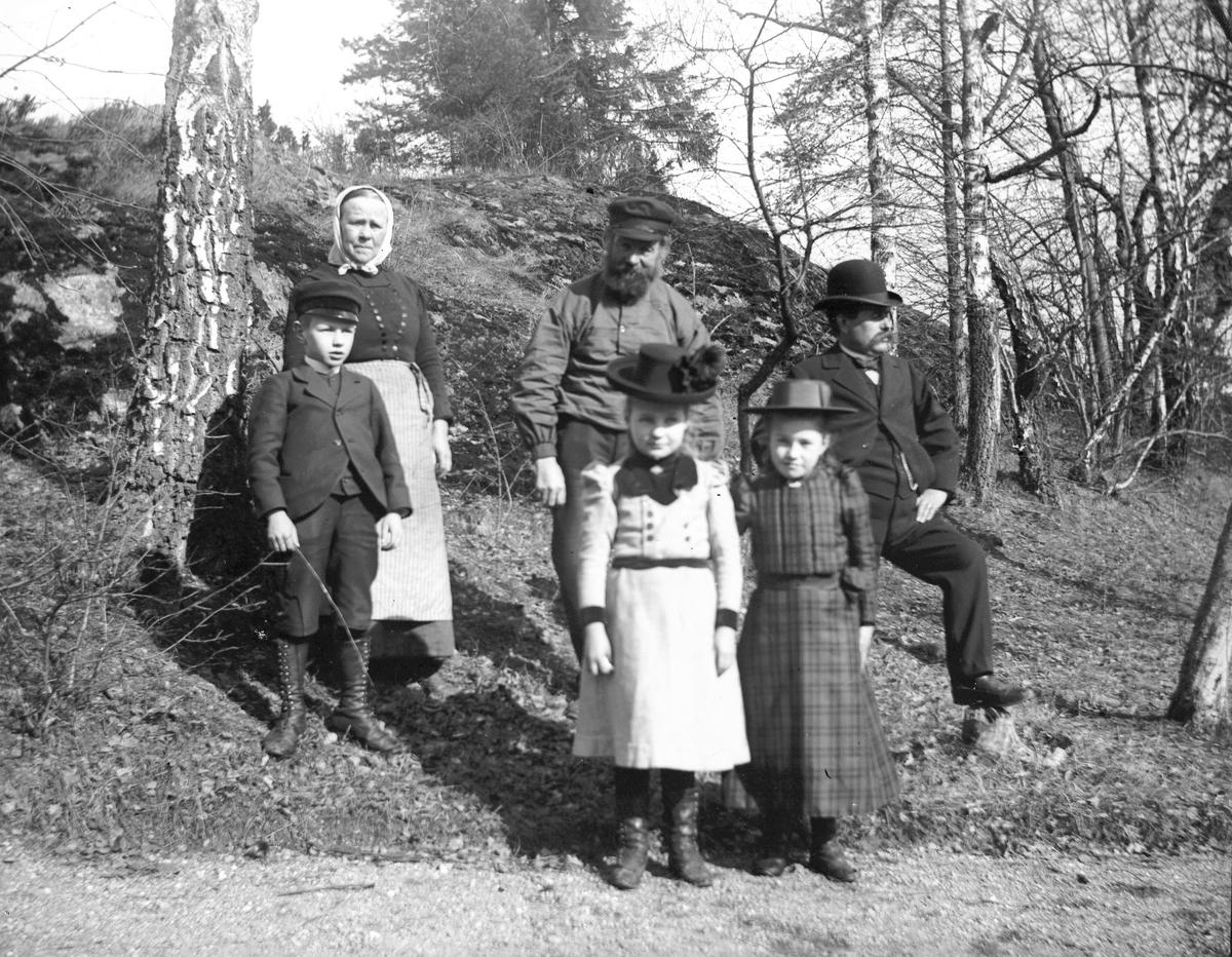 """""""I trädgården hos smedens på Hästholmen"""". Den 2 april 1899. Pappa Pehrsson, Farbror Olsson, Tant Olsson, Karl Pehrsson, Nelly Pehrsson och Anna Törnblom."""