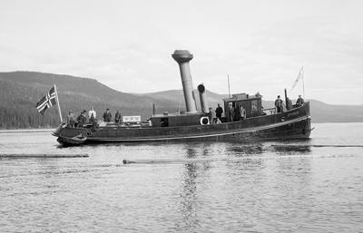 Ukens bilde viser D/S Storsjø, den nye dampslepebåten, som hadde sin jomfrutur på Storsjøen i Rendalen i 1912. Christiania tømmerdirektion anskaffet båten for at den skulle trekke tømmer.