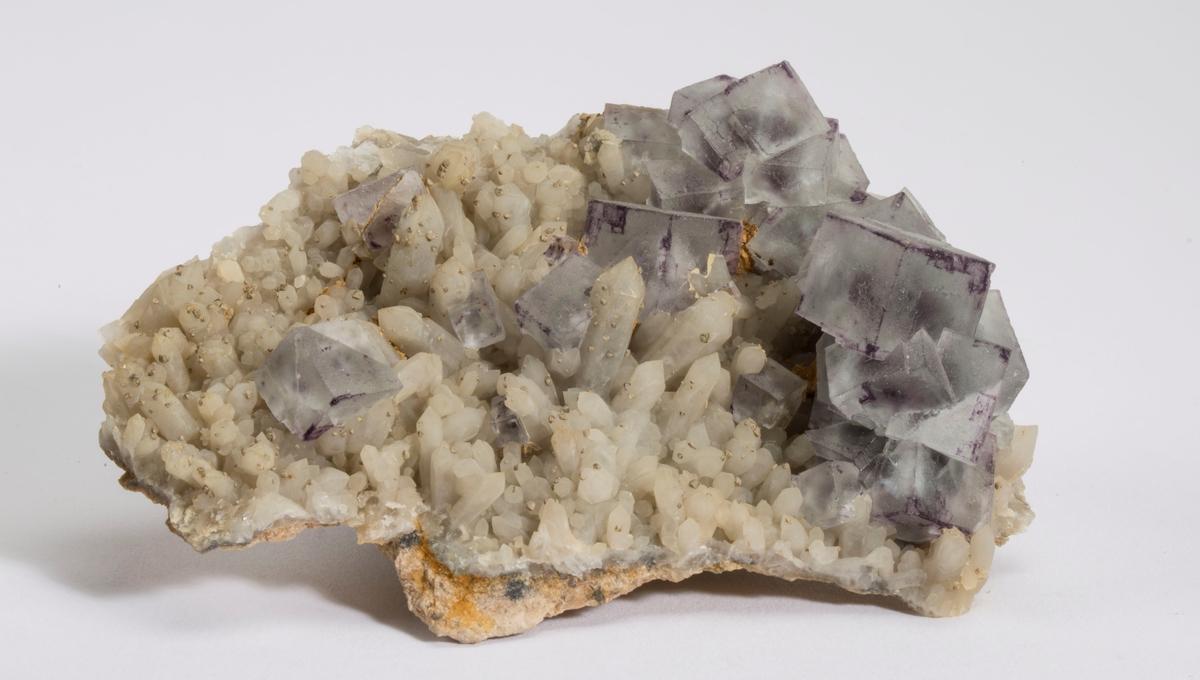 Fluorittkuber på små kvartskrystaller.