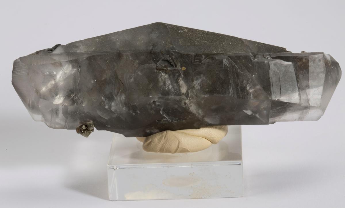 Dobbelt terminert fantom, singel krystall med mye av fantomet synlig. Med små pyritt-kuber.