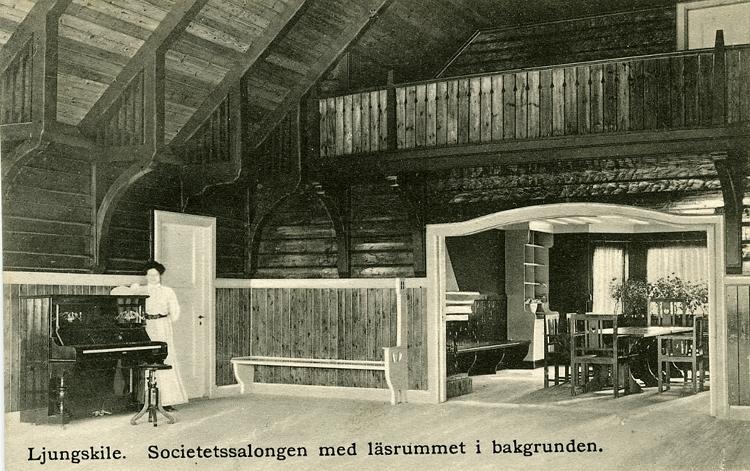 """Enligt Bengt Lundins noteringar: """"Societetssalongen med läsrummet i bakgrunden. Ljungskile""""."""