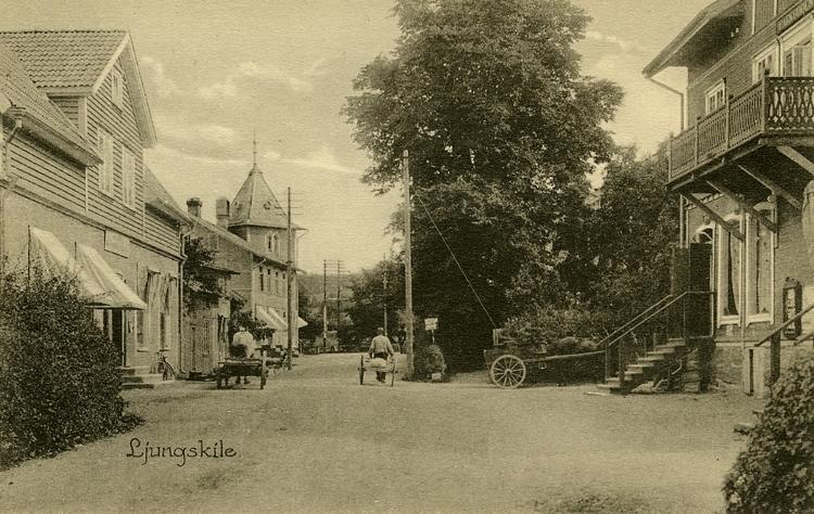 """Enligt Bengt Lundins noteringar: """"Ljungskile. Vällebergsgatan. Villa Parkudden med mjölkaffär och Sanders trikå""""."""