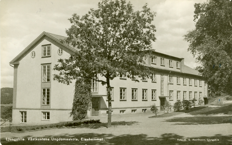 """Enligt Bengt Lundins noteringar: """"Västkustens Ungdomsskola. Elevhemmet. Ljungskile""""."""