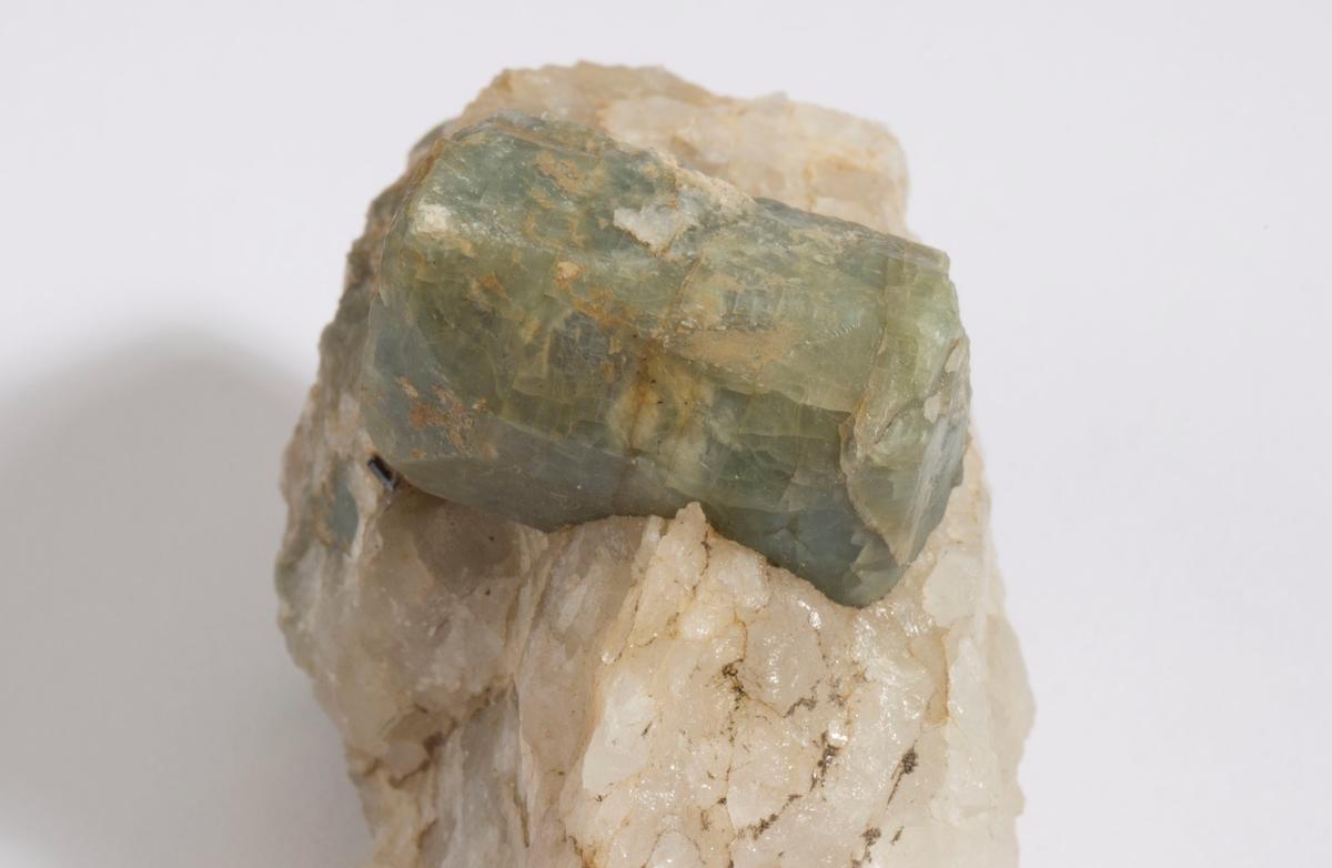 Cordieritt, dobbelt terminert krystall på kvarts + 3 mindre krystaller.