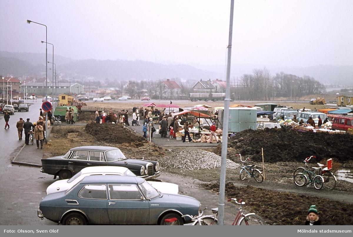 Torghandel vid Uddängen i Mölndal, år 1974. Uddängen var torg mellan den 25 januari 1974 - 3 november 1984. K 3:7.