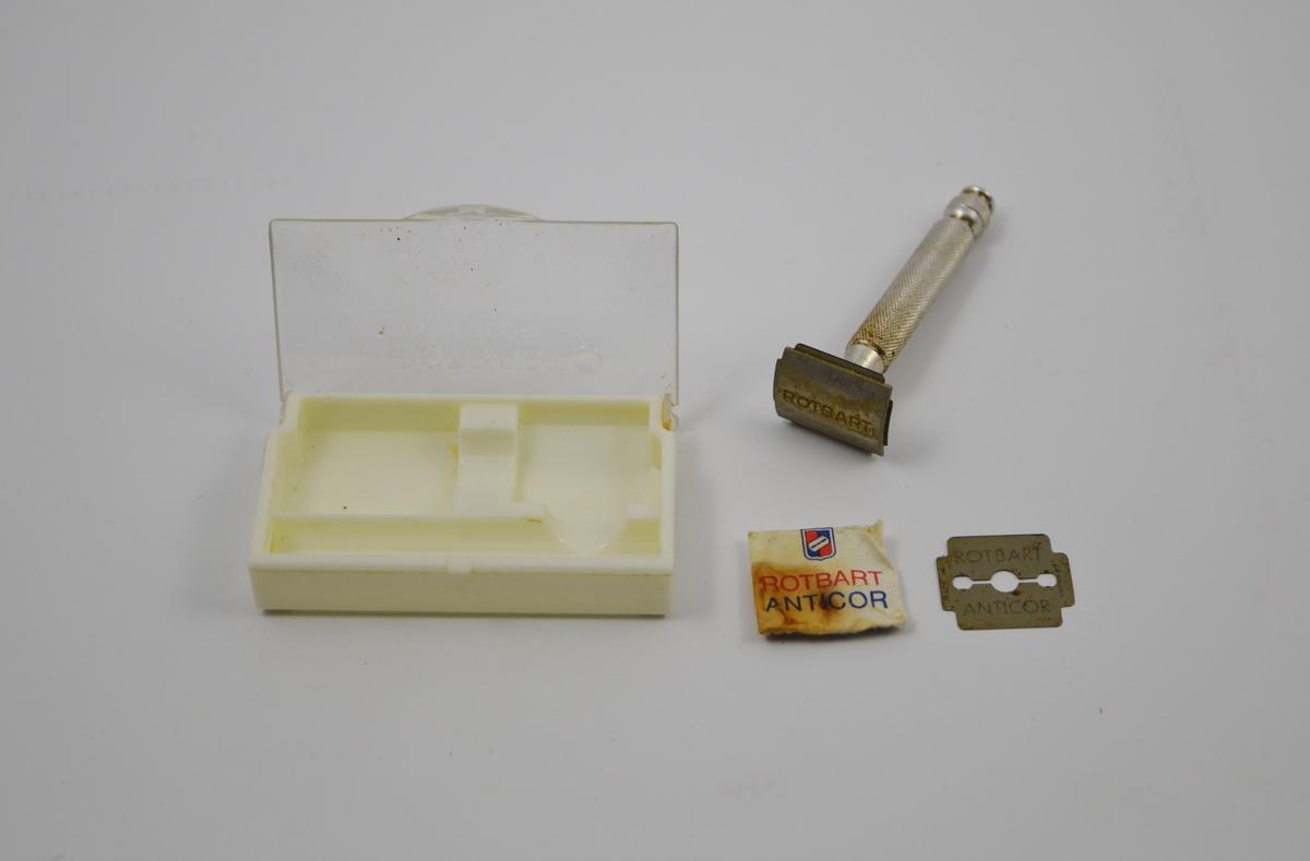 Form: Etui m. håndtak, skjærehode, papirinnp. med blad. Skrinet inneholder et rundt håndtak, på hvilket man skrur fast et skjærehode med blad. En liten papirpakning inneholder ekstra blad.