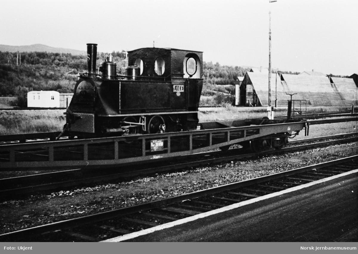 Damplokomotivet LOKE opplastet på NSBs spesialvogn Ro4 20850 for forsendelse til Jernbanemuseet