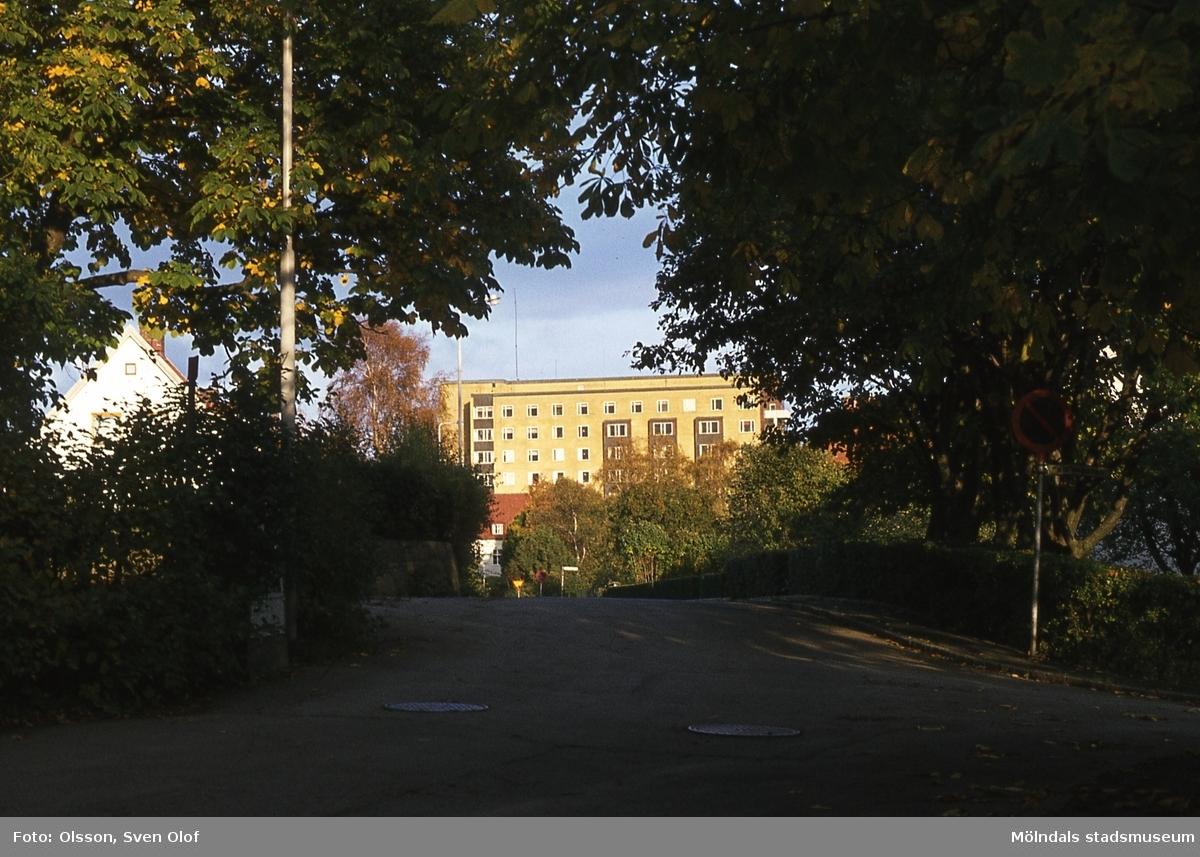 Lekskolegatan i Mölndal innan bebyggelsen, år 1982. Vy från Celsiusgatan. I bakgrunden ses byggnad tillhörande Mölndals sjukhus.