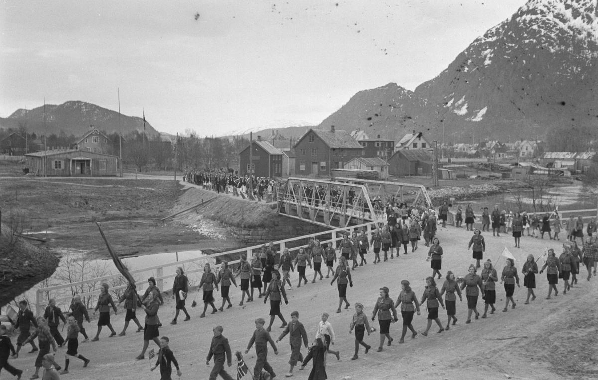 Feiring av frigjøringen, 17 Mai, tog gående over Skjervbrua. T.v. ser vi en Tyskerbrakke.