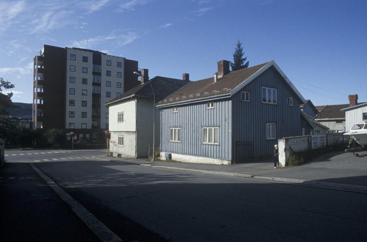 Lillehammer, sentrum, bolighus, YK-huset i bakgrunnen, mot vest. Krysset Tomtegata- Fåberggata. Blått hus hadde adresse Tomtegata 2 før riving