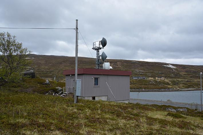 Litlefjord automatkiosk i Finnmark er i sin helhet oppført i tre. Innvendige vegger og tak er dekket med trefiberplater. Bygningen er av en standardtype med stående, smal bordkledning og kraftig takgesims av horisontale bord, og med svakt fall til den ene siden. Taket er tekket av papp og har ingen takrenner. Husets eneste vindu er i  oppholdsrommet. Oppholdsdelen er enkelt utstyrt med et tørrklosett til venstre ved inngangen. Kjøkken med kokeplater, og soverom med køyeseng er til høyre. Det er ikke innlagt vann. Det er strenge oppholdsregler for besøkende. Takhøyden i oppholdsdelen av huset er 2,45 m, mens takhøyden i tilbygget til sentralen er 3,1 meter. Utenfor inngansdøren er det en enkel trapp. Automatkiosken er fortsatt operativ (2017).