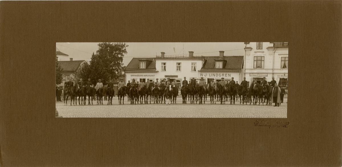 Officerare vid Västmanlands regemente I 18 på torget i Enköping.