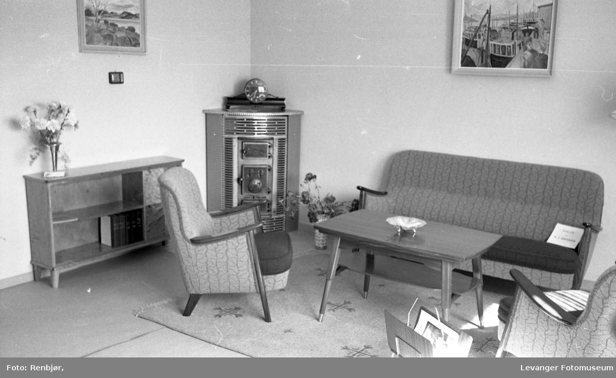 Stue interiør, fra Bo-utstilling, kamin og sofagruppe