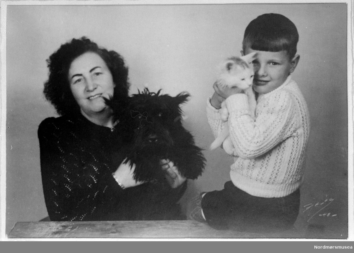 Petrine og Knut Bjerkeset. Reprofoto av en mor og sønn med hund og katt. Bildet kan trolig dateres til 1947. Fra Nordmøre museums fotosamlinger (Halås-arkivet). (Reg: EFR2013/MBL2014.)