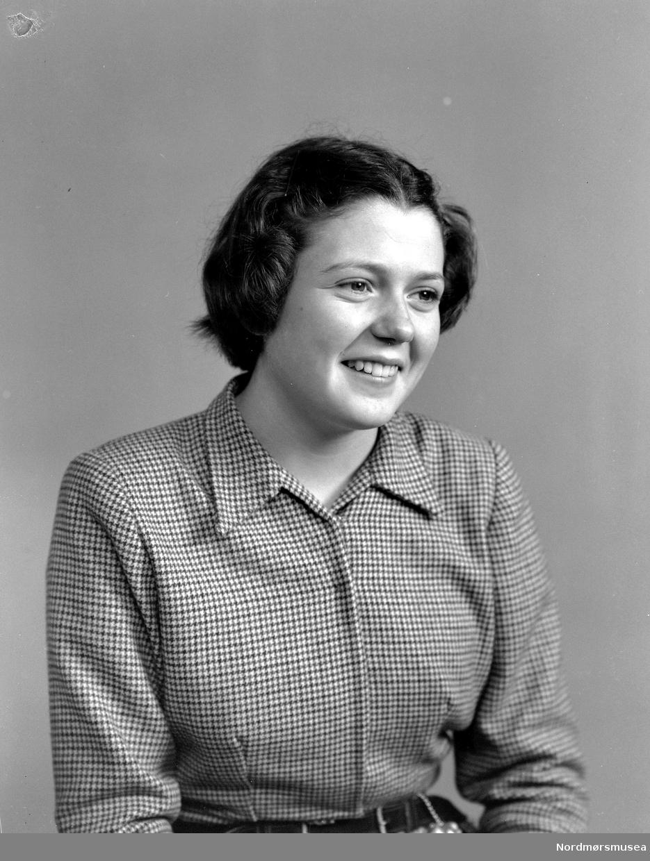 Foto av en ukjent kvinne, trolig fra Tingvoll kommune i Møre og Romsdal. Datering er omkring 1950-1960. Fra Nordmøre museums fotosamlinger, Halås-arkivet.