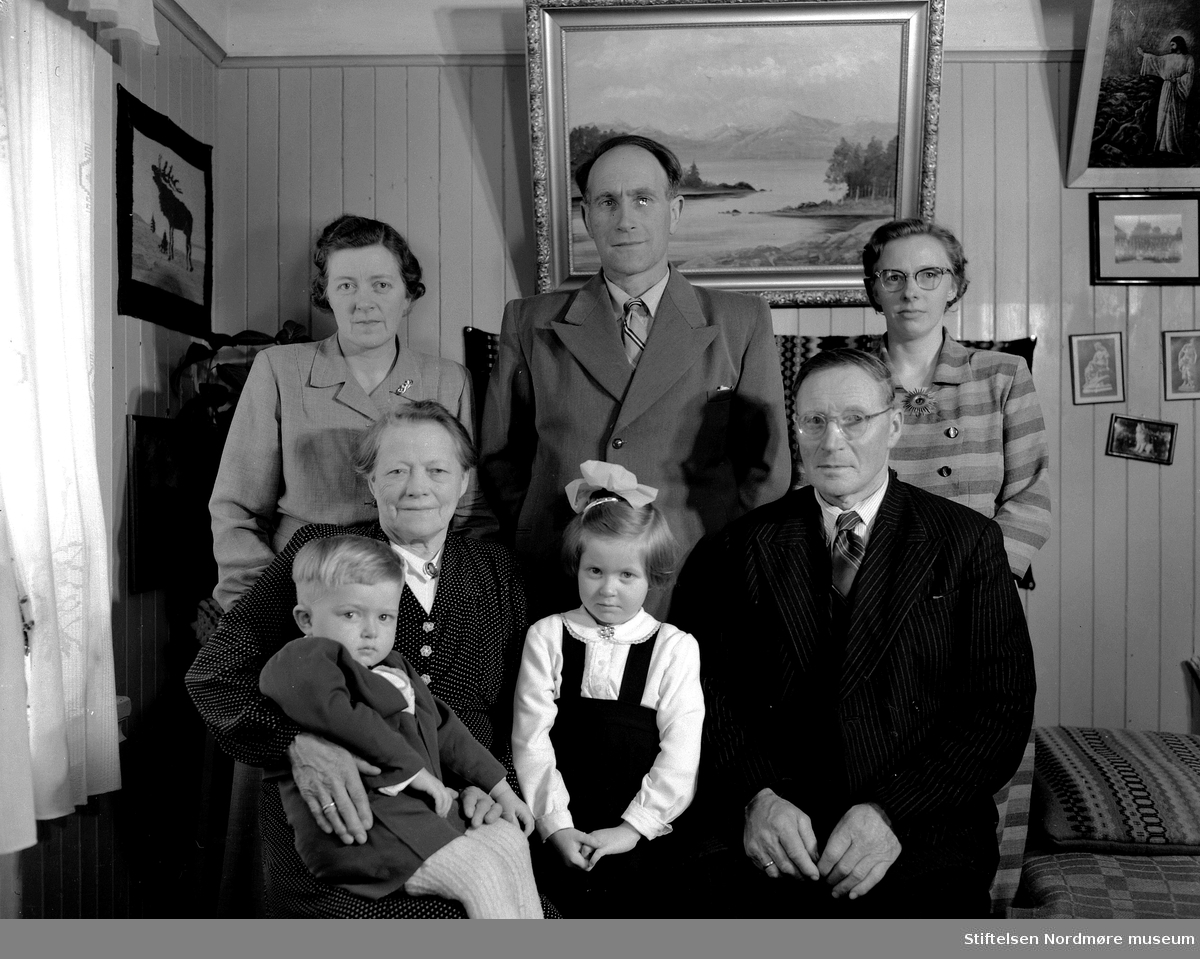 Borghild Norheim Talgøy, Arne Talgøy, Hjørdis Norheim Øxeth, Nils Olav Talgøy, Gjertrud Norheim, Anne-Gjertrud Talgøy Holten og Nils Norheim. Fra Nordmøre museums fotosamlinger, Halås-arkivet.