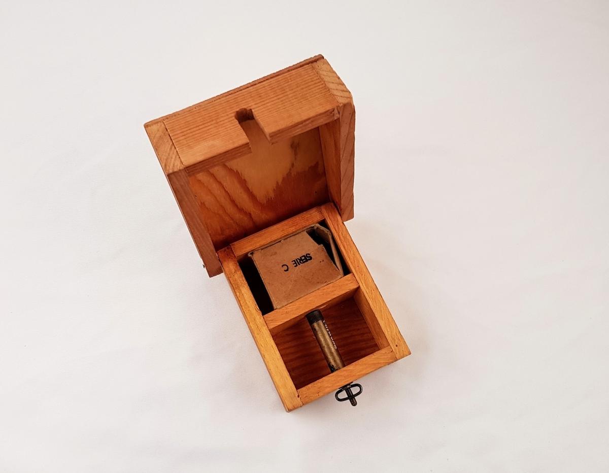 Personellmine bestående av tre deler: kasse av tre, pappeske til ammunisjon og utløsermekanisme.