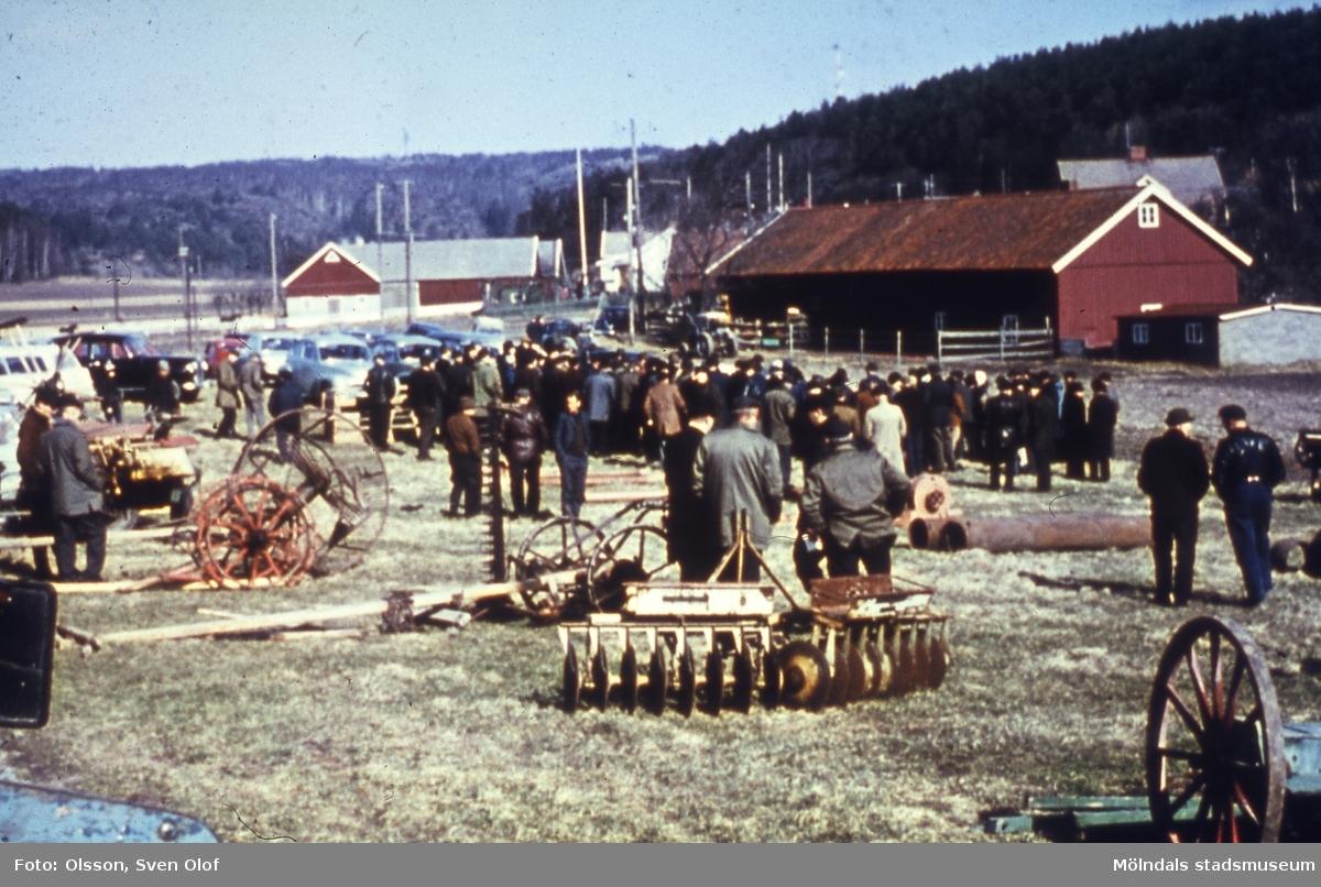 I mars 1967 har John Olsson auktion på djur och redskap som användes för kreaturskötseln. Gårdens skötsel överlämnades till sonen Sven Olof, som skulle driva gården kreaturslöst. Mellangården 1 i Fässberg, Mölndal. F 1:9.