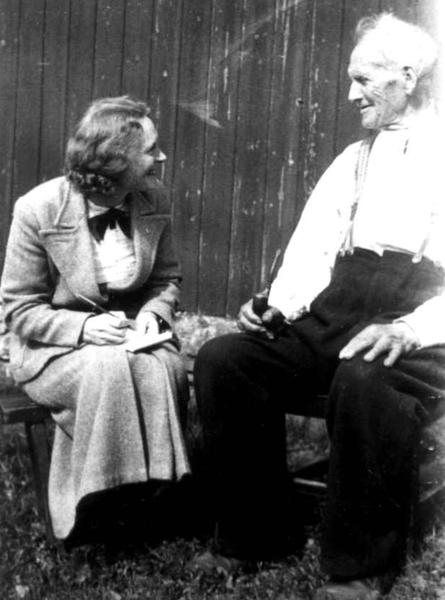 Anna Grostøl intervjuer Terje O. Austenaa, født 1841. Tovdal 1936.. Foto/Photo
