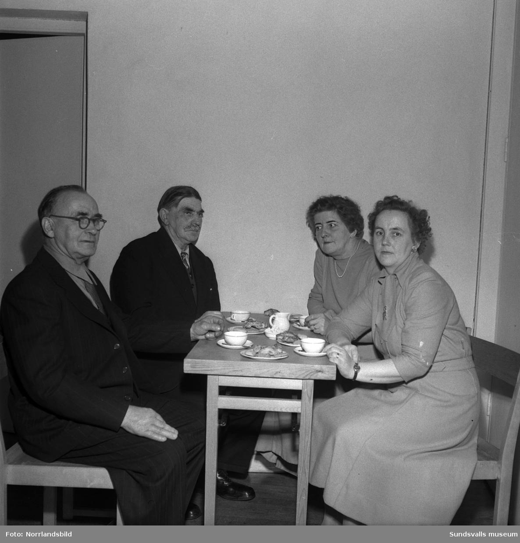 Nästan 200 gäster hade samlats då Timrå pensionärsförening anordnade julfest i Berglunda församlingshem i Sörberge. Vid kaffebordet från vänster: Karl Henriksson och Wilhelm Henriksson från Fagervik samt Gerda Burman och Henny Bergsten från Bergeforsen.