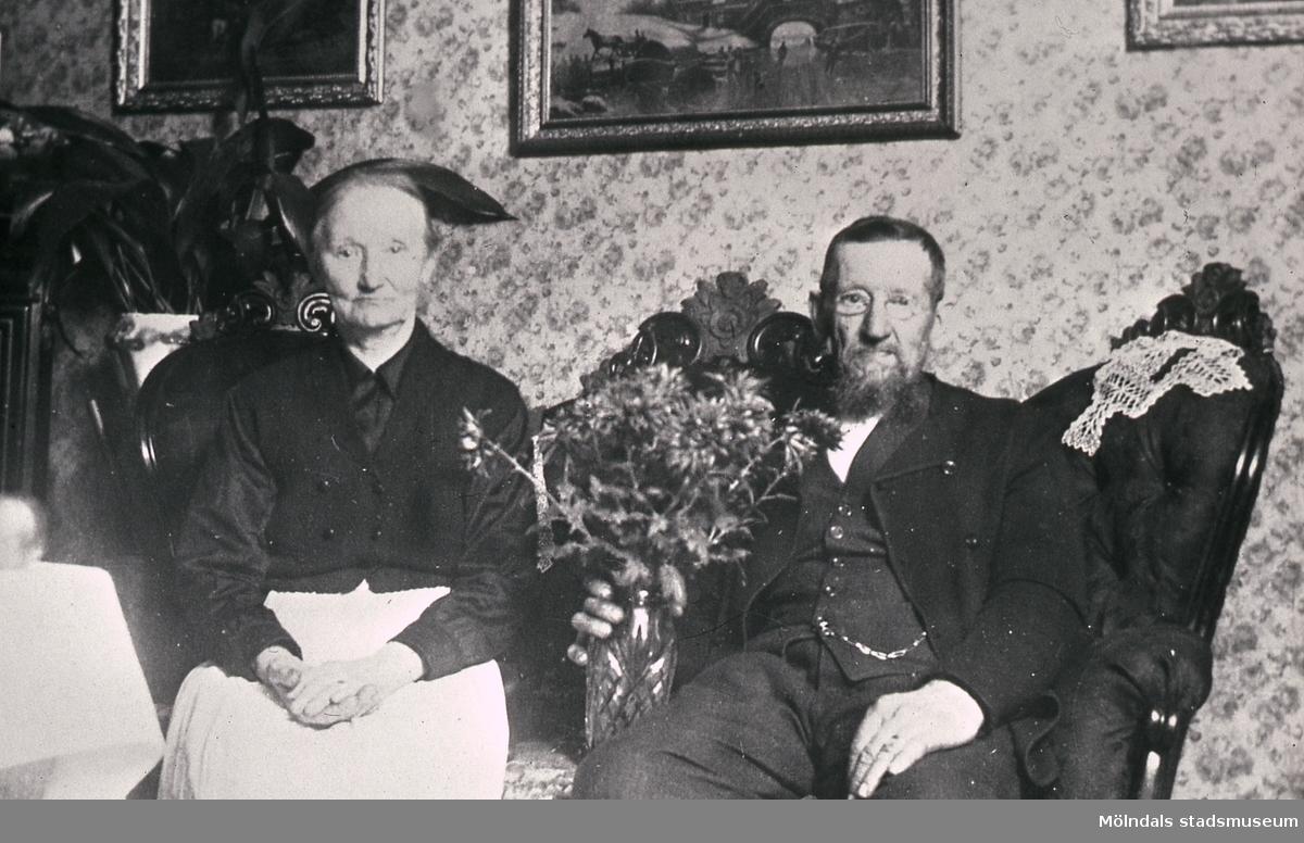 Porträtt av Elam och Augusta Berntsson, smen och smemadamma. Avstyckning från Västergården 2 i Fässberg, Mölndal. Reprofotografi.