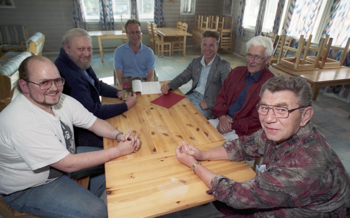 Møte i Kråkstad arbeiderforening. Seks menn rundt et bord.