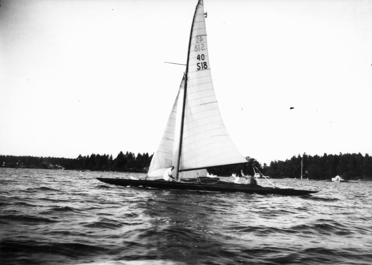 """40 kvm skärgårdskryssare (""""Hermod IV"""", M Hägglund, Sundsvall). Gästande båt under jubileumsregattan 1931."""