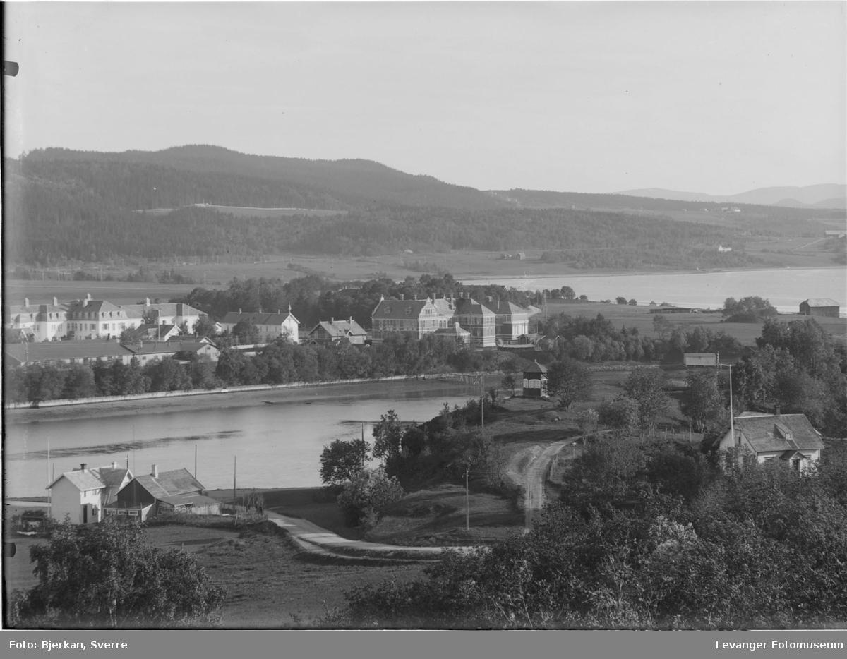 Den gamle lærerskolen, nåværende Levanger videregående skole, sykehuset  og remonteskolen, bildet tatt fra Nesset.