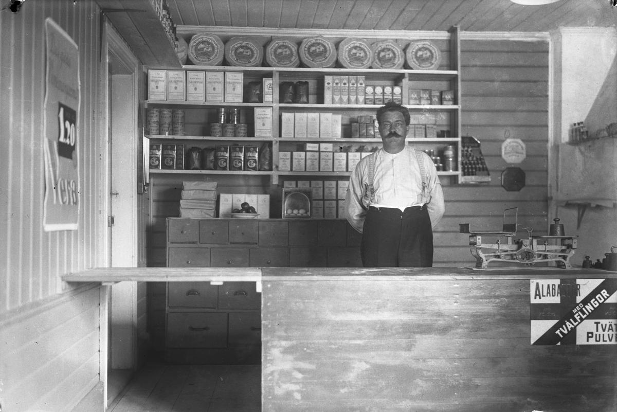 Oskar Pettersson i sin affär.
