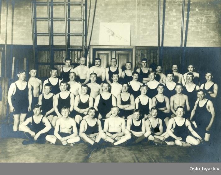 Gruppebilde. Fotografen virket i Kristiania mellom 1910 og 1935. Bildet må derfor ha blitt tatt i denne perioden.