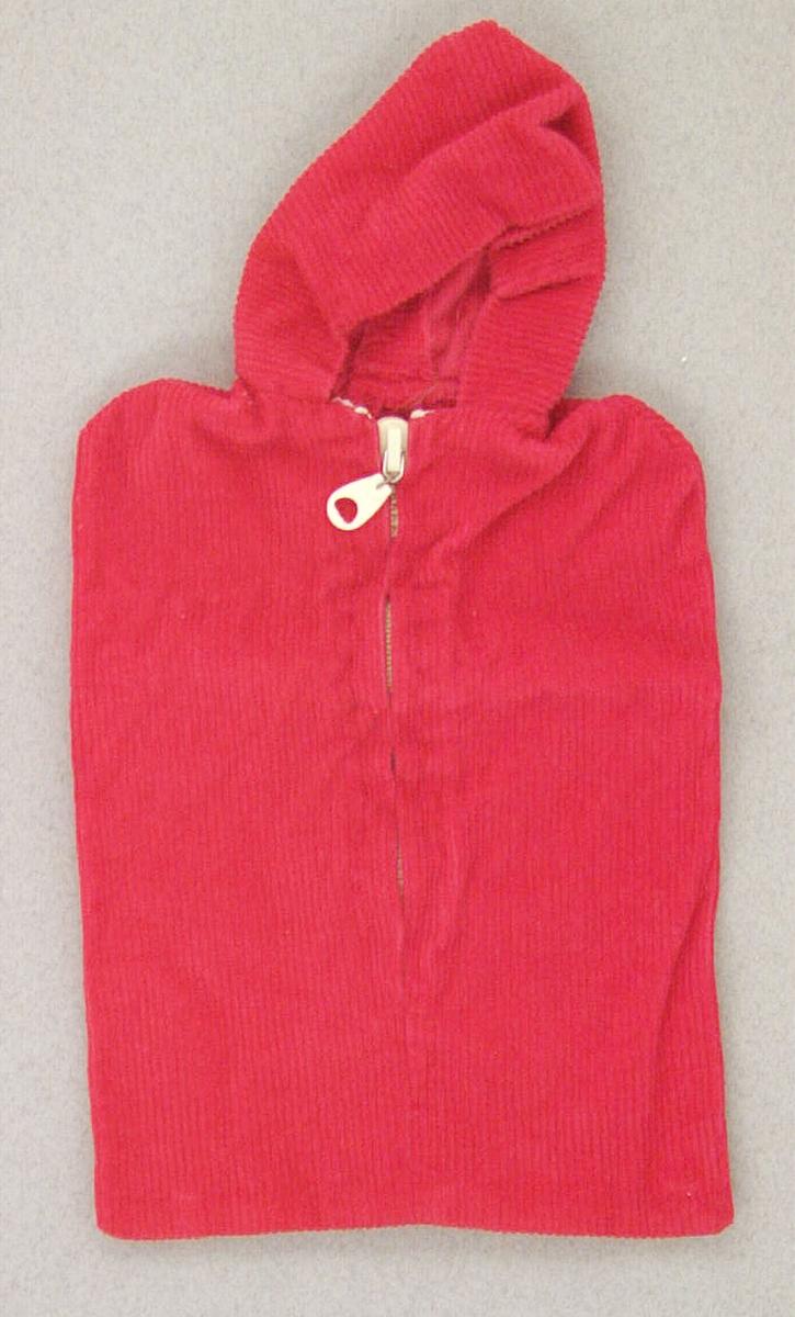 Dockåkpåse av röd manchester, maskinsydd. Försedd med huva och blixtlås