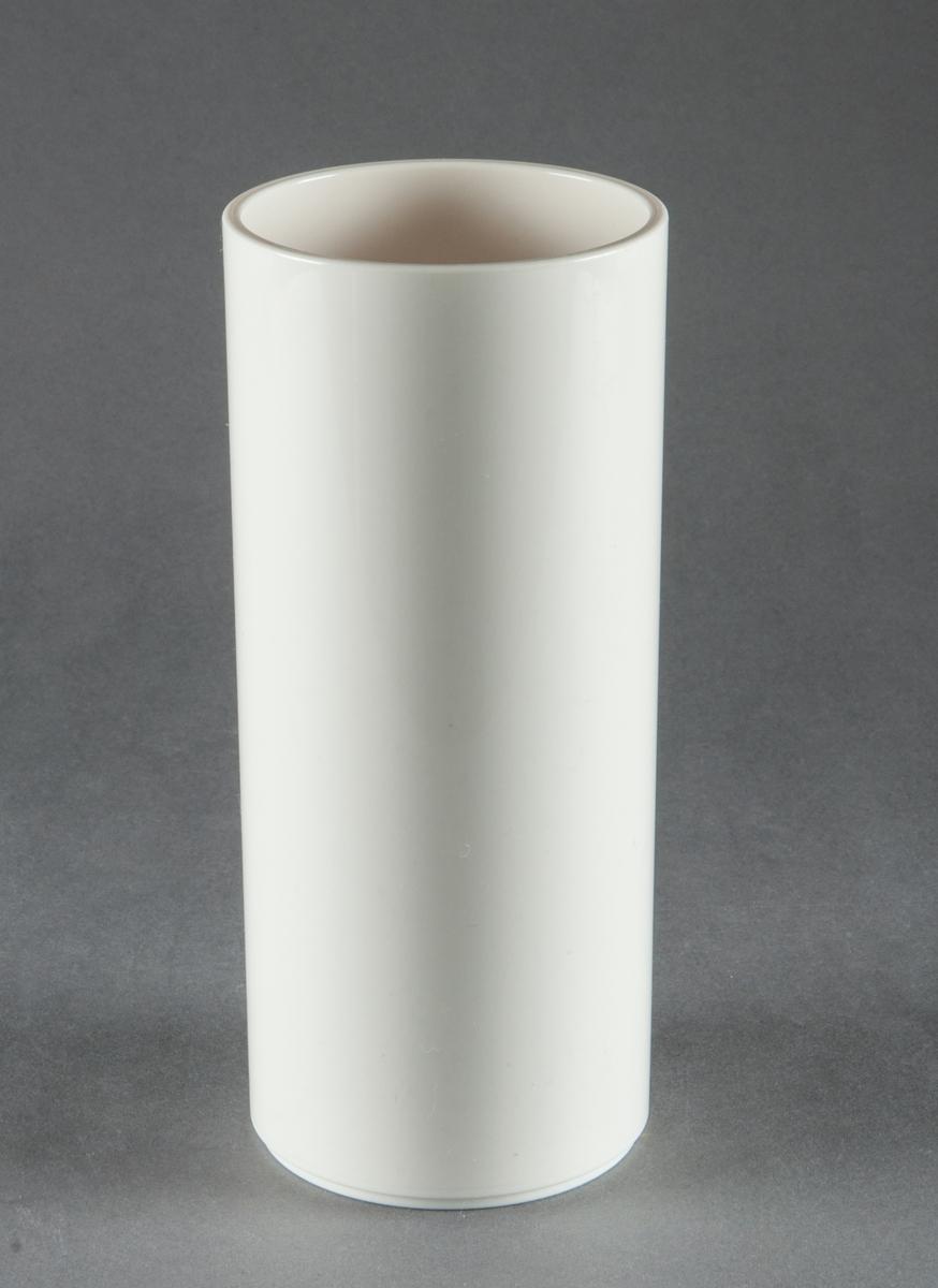 Tumbler, gjuten i vit plast. Slät cylinderformad med fotring. Design Gunnar Cyrén. Tillverkad för Dansk Designs Ltd, USA.