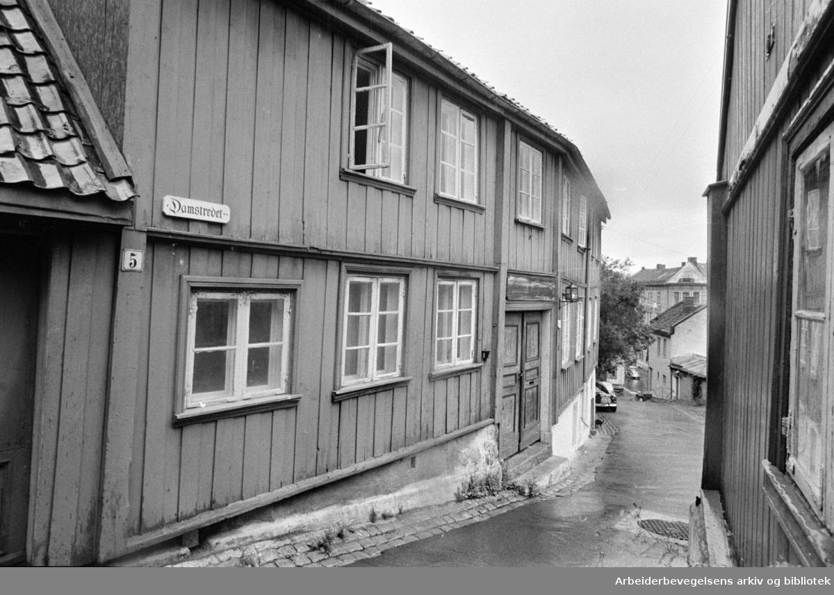 Damstredet.Forskjellige gamle hus i Damstredet og Telthusbakken.Juli1969