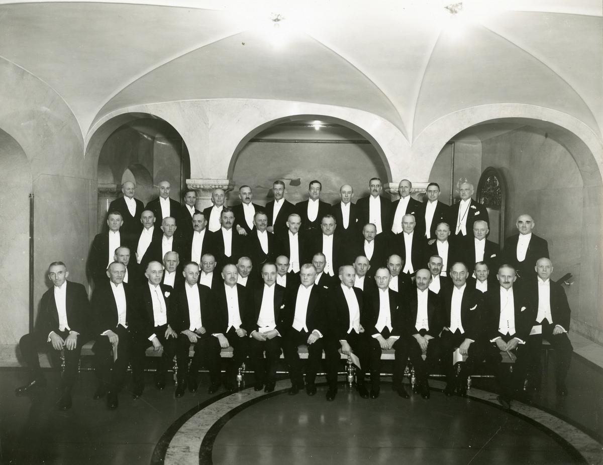 Grupporträtt av gamla officerare samlade på Grand Hotel Royal vid 40-års jubileum av officersexamen 1936. För namn, se bild nr. 4.