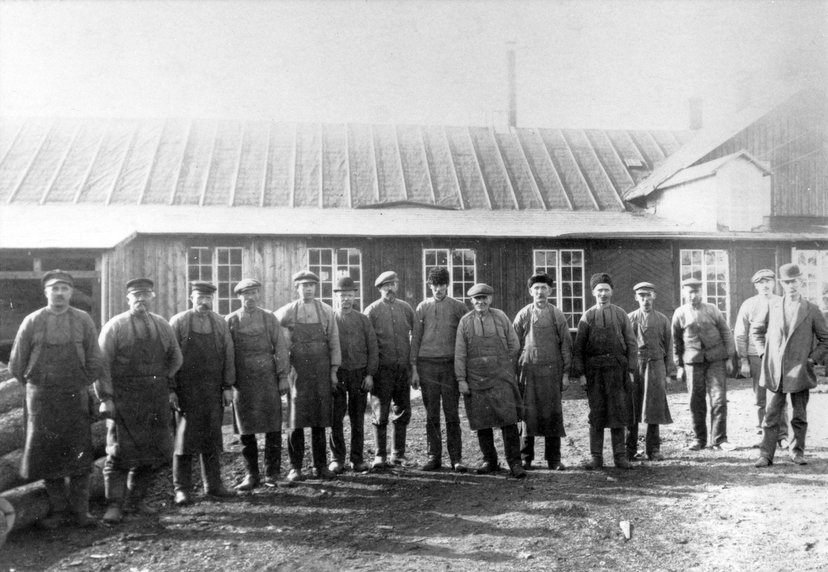 Personal vid Habo Laggkärlsfabrik år 1915.