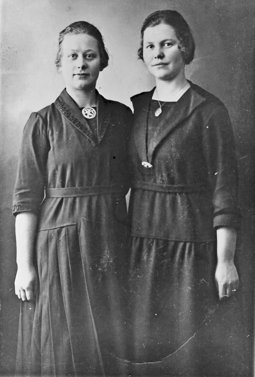Bjørnplass. Tora Bjørn Skaret f. 1902, Marit Grågård f. 1901, g. m. Marion Orhagen, Drammen.