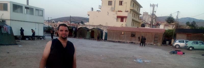 Mohamad på Chios. På denne plassen sov mange av de som hadde flyktet over Middelhavet.