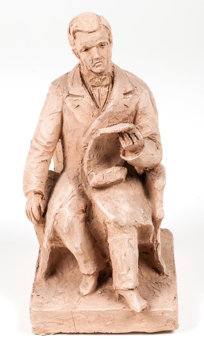 Skiss i terracotta, Per Murén, sittande i stol. Signatur höger sida i bottenplatta: Ida Matton, Paris, 1907. Sista siffran otydlig.