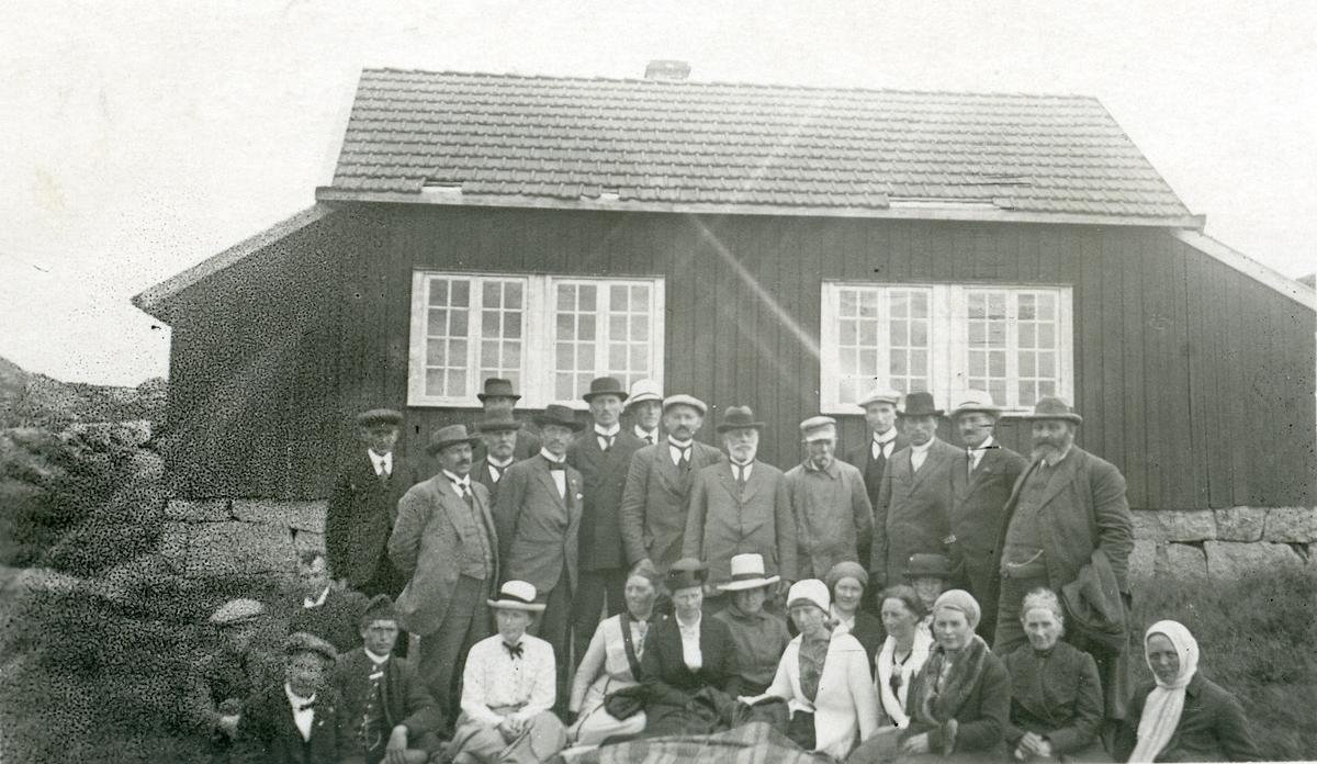 Målfolk og lærere på besøk hos Arne Garborg.