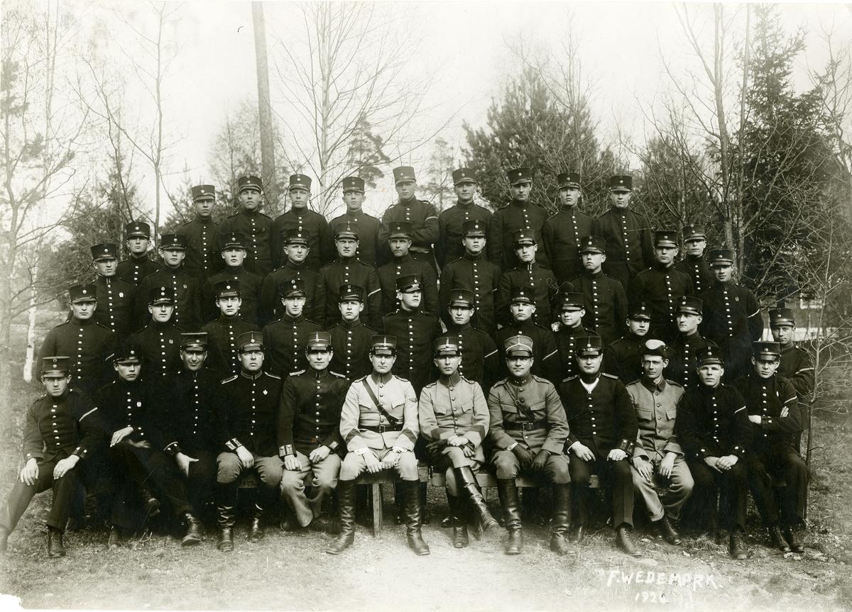 Grupporträtt av officerare och elever vid underofficersskola och korpralskola, karlsborg 1926.