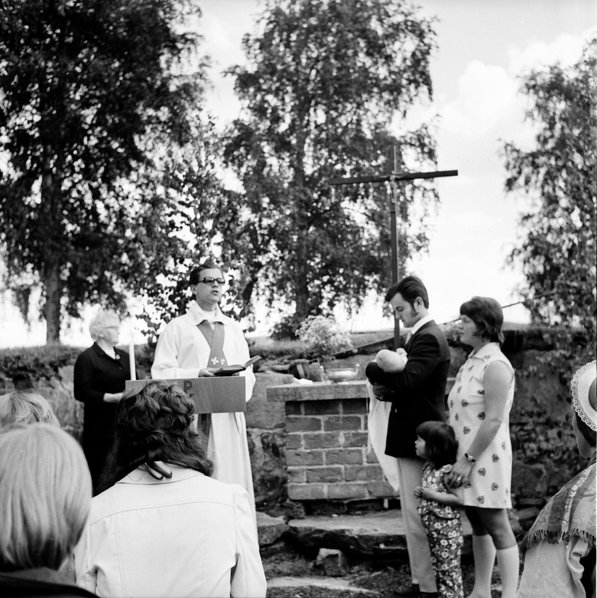 Gudstjänt i ruinen. Undersvik. Juni 1972
