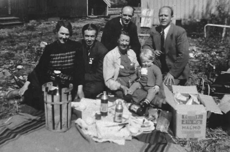 Norsk/svensk familj som återförenats i Svinesund direkt efter krigsslutet 1945