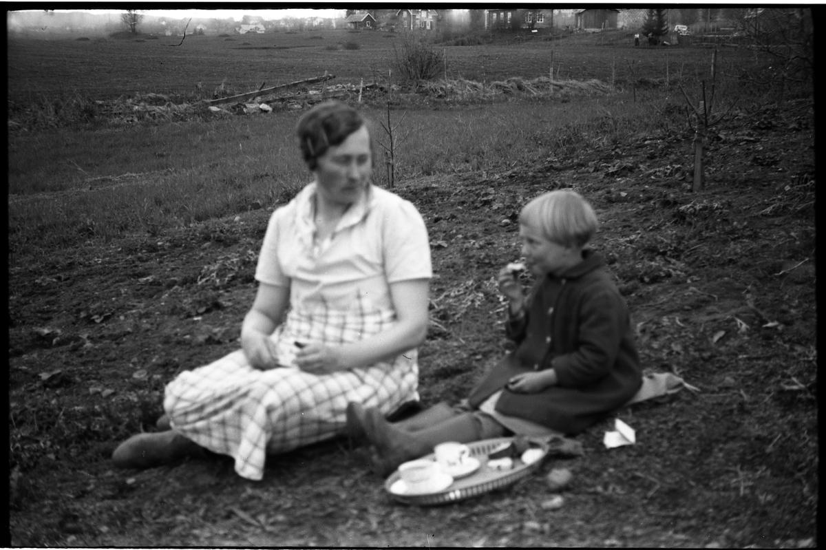 Karine Røisli og dattera Sigrun har kaffepause i hagen hjemme på Odberg, Kraby, Ø.Toten. To bilder.