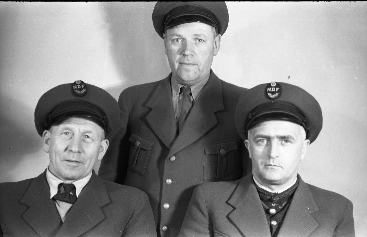 Drosjesjåfører på Kapp, mars/april 1949. Serie på seks bilder, samme personer, men ulik oppstilling. Personene fra venstre på bilde nummer 1: Hans Glæserud, Sigurd Håkenstad, August Skolby.