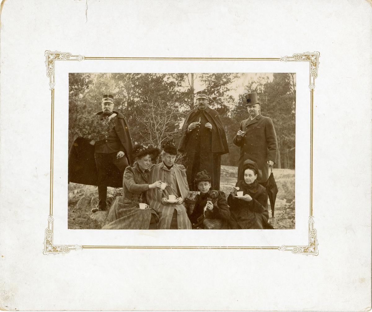 Officerare och kvinnor dricker kaffe, Oskar-Fredriksborg våren 1892. För namn, se bild nr. 3.